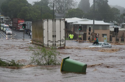 Trapped_woman_on_a_car_roof_during_flash_flooding_in_Toowoomba_2